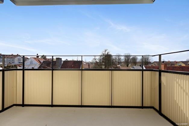 Stor överbyggd balkong med fin utsikt och ett härligt läge i söder
