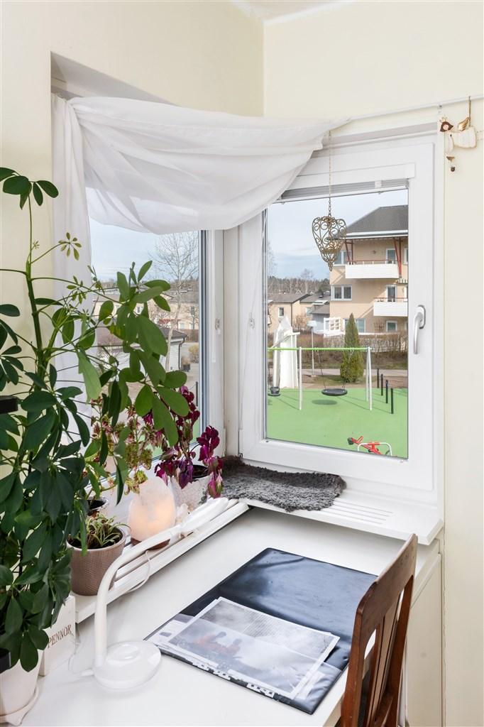 Fint fönster i sovrum 2