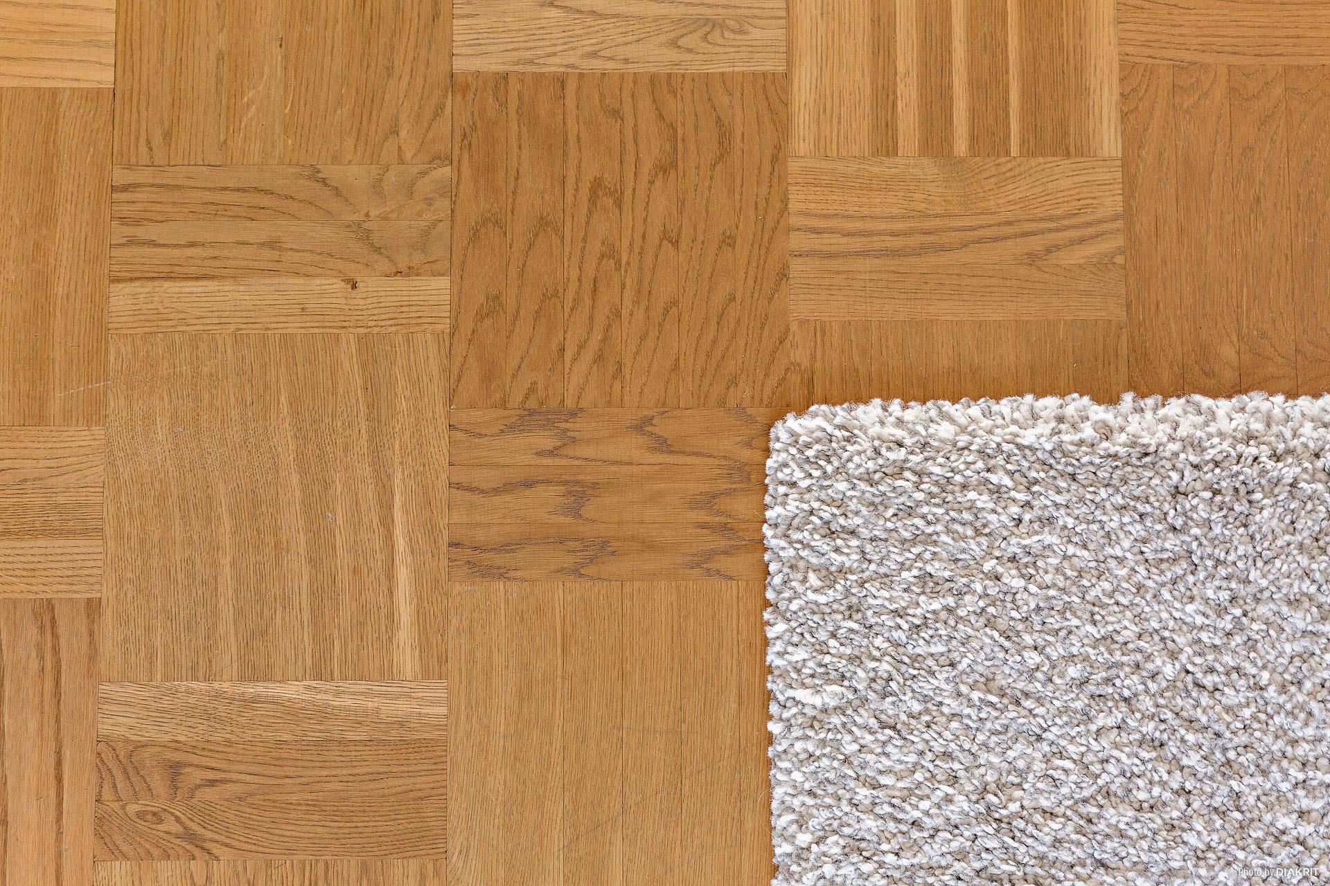 Vackra enhetliga ekparkett golv i hela lägenheten