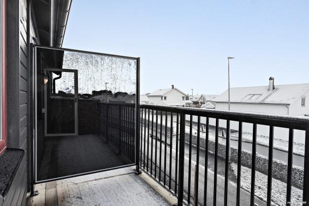 Från ett av rummen på övre plan har du utgång till balkong. Bilden är tagen från visningshuset i etapp två & är utrustat med tillval.