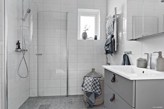 Även ett helkaklat badrum på övre plan. Bilden är tagen från visningshuset i etapp två & är utrustat med tillval.