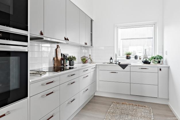 Trevligt kök med fönster över köksbänken. Bilden är tagen från visningshuset i etapp två & är utrustat med tillval.