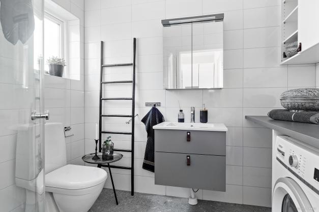 Helkaklat badrum på entréplan. Bilden är tagen från visningshuset i etapp två & är utrustat med tillval.