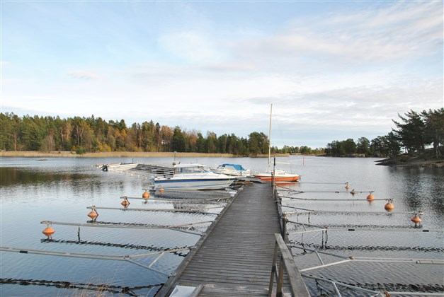 Båtplats finns att hyra vid  marinan i Köpmannebro