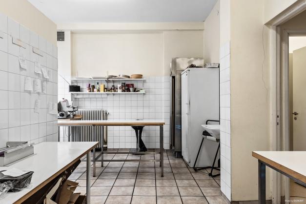 Rymligt rum, idag används lokalen till beredningskök, klinker på golv och kakel på väggen.