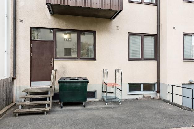Trappa ner från lokalen till baksidan av huset