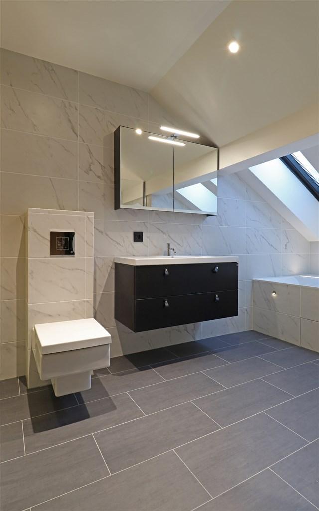 Badrum med badkar och bastu