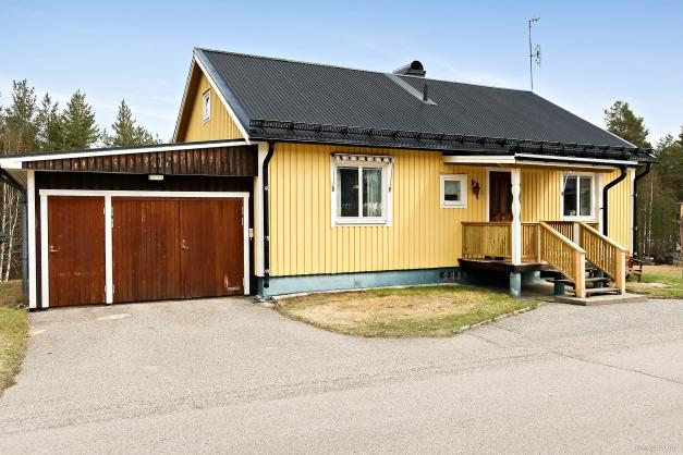 1-plans villa med källare. Vidbyggt garage.