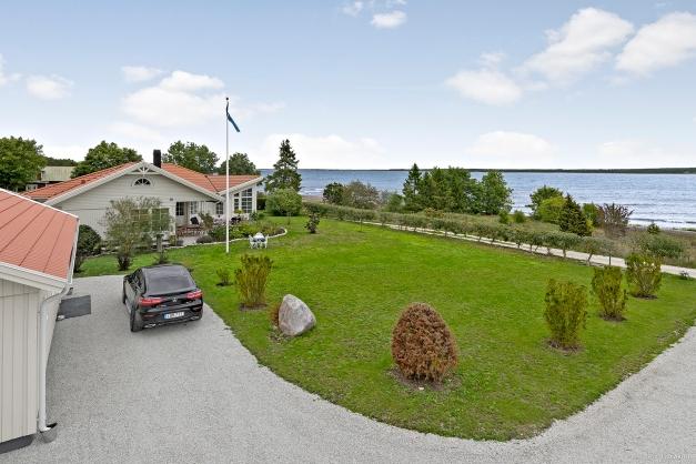 Två Fastigheter i hög standard med ett fantastiskt läge vid havet!