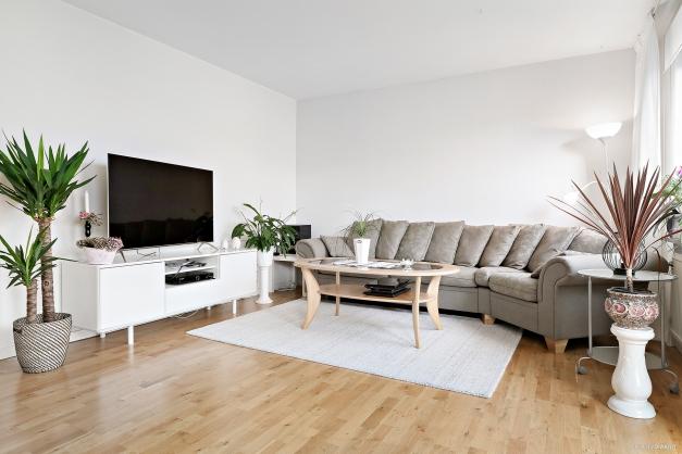 Vardagsrum med plats för både soffgrupp och matbord.