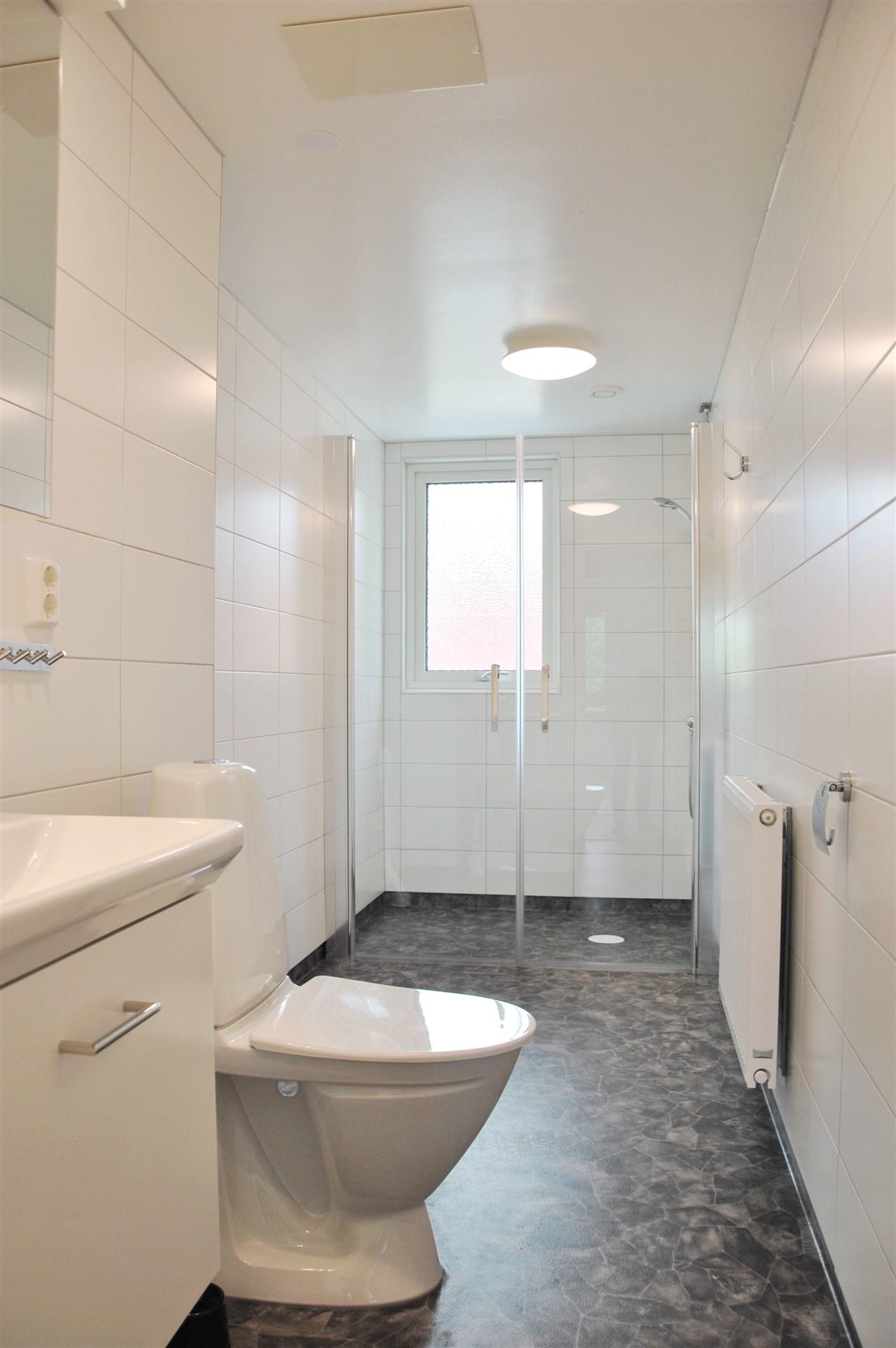 Stort och trevligt badrum. Förinstallerat för tvättmaskin.