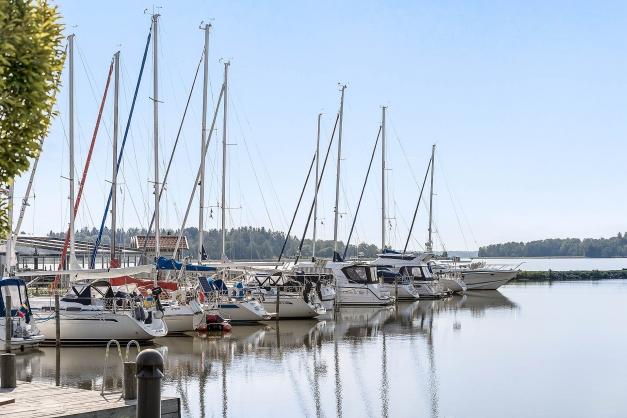 Granne med småbåtshamnen
