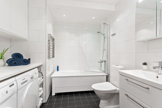 Helkaklat badrum med tvättavdelning