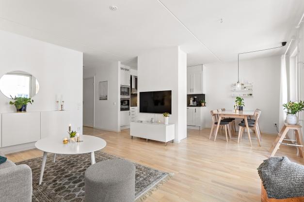 Öppen yta mellan kök och vardagsrum