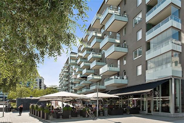 Kring Sjövikstorget ligger flertalet restauranger och uteserveringar, bl.a. Primo Ciao Ciao.