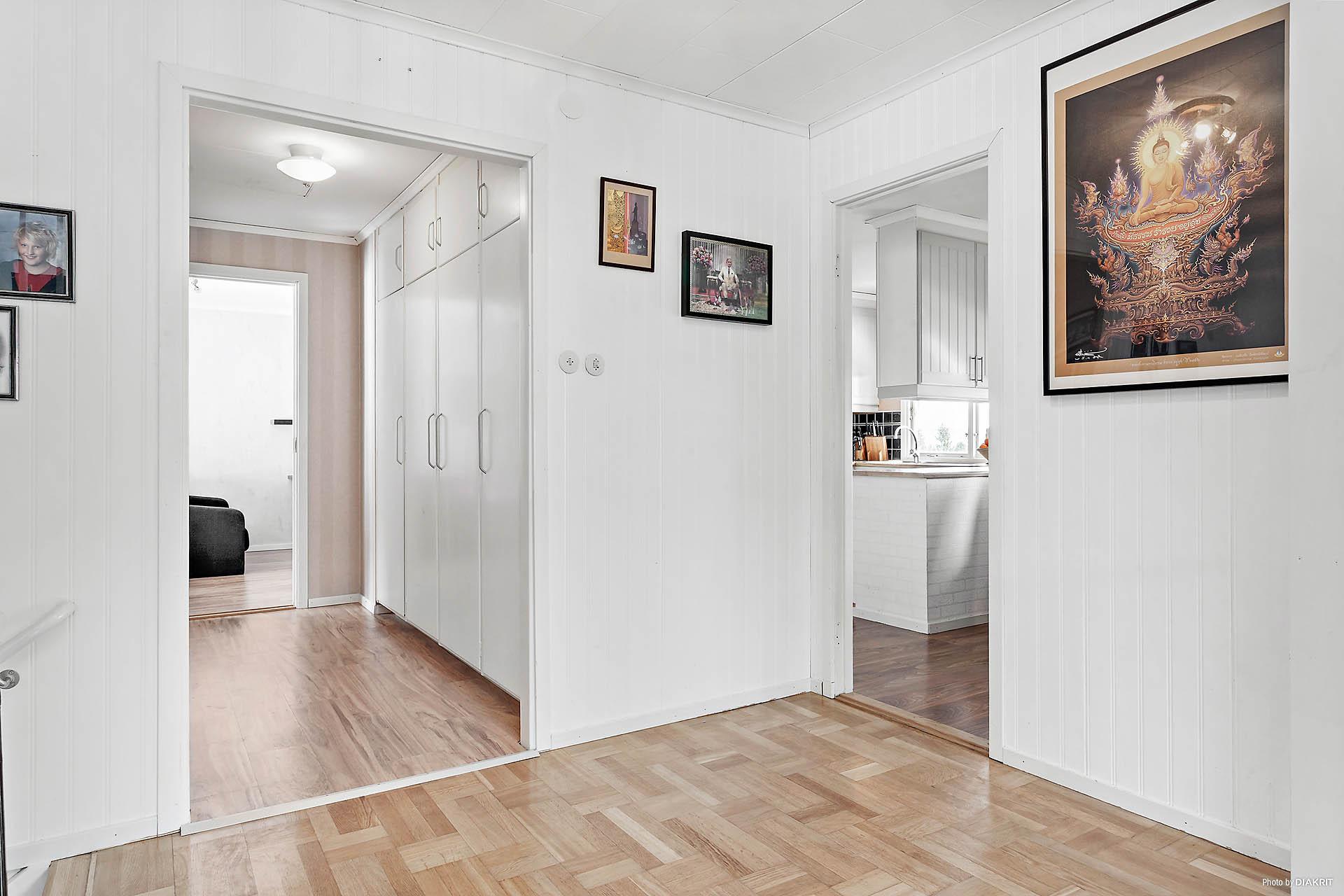 På övre plan från vardagsrum mot inre hall och kök