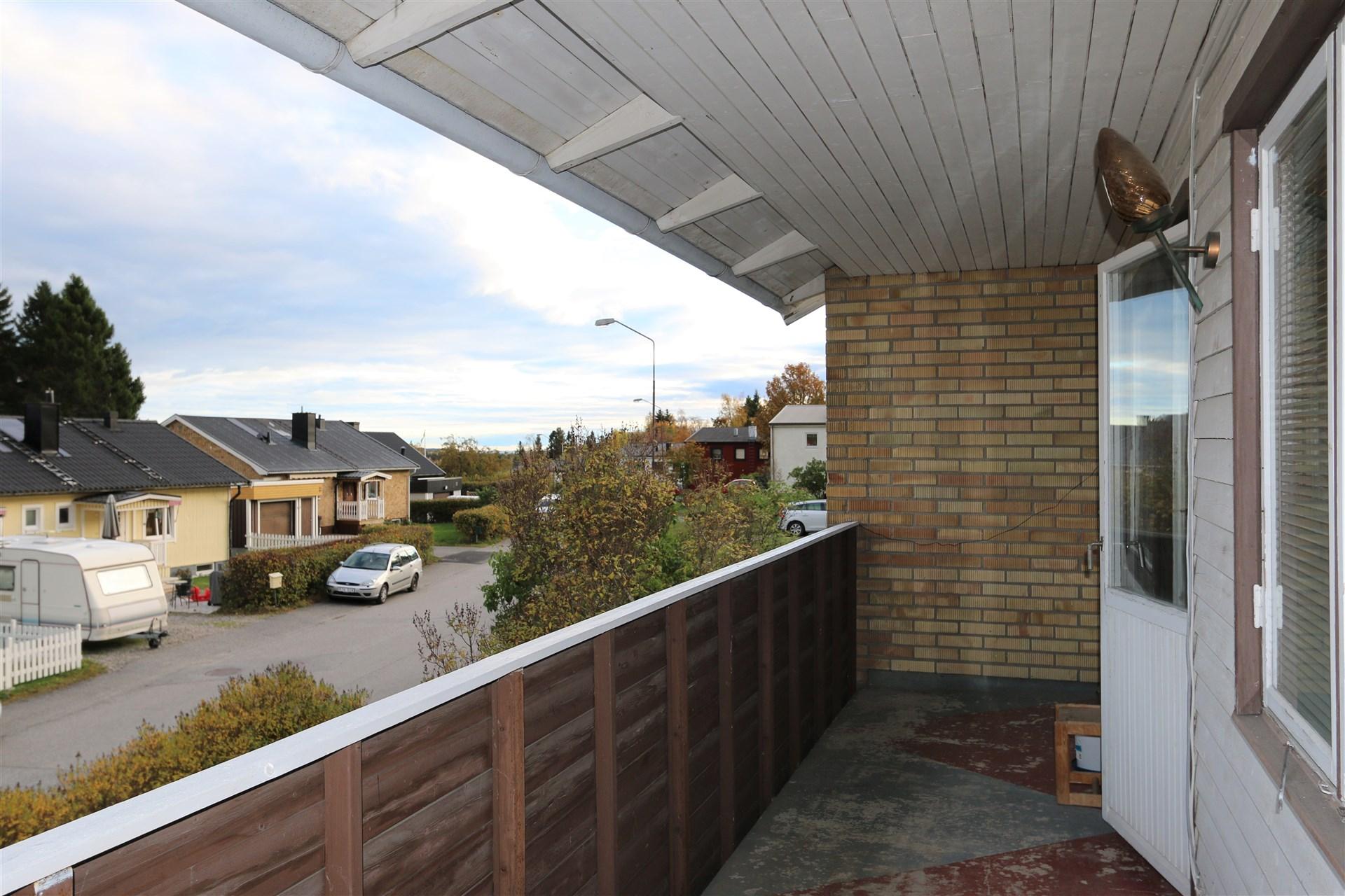 Lång balkong längs hela framsidan på huset