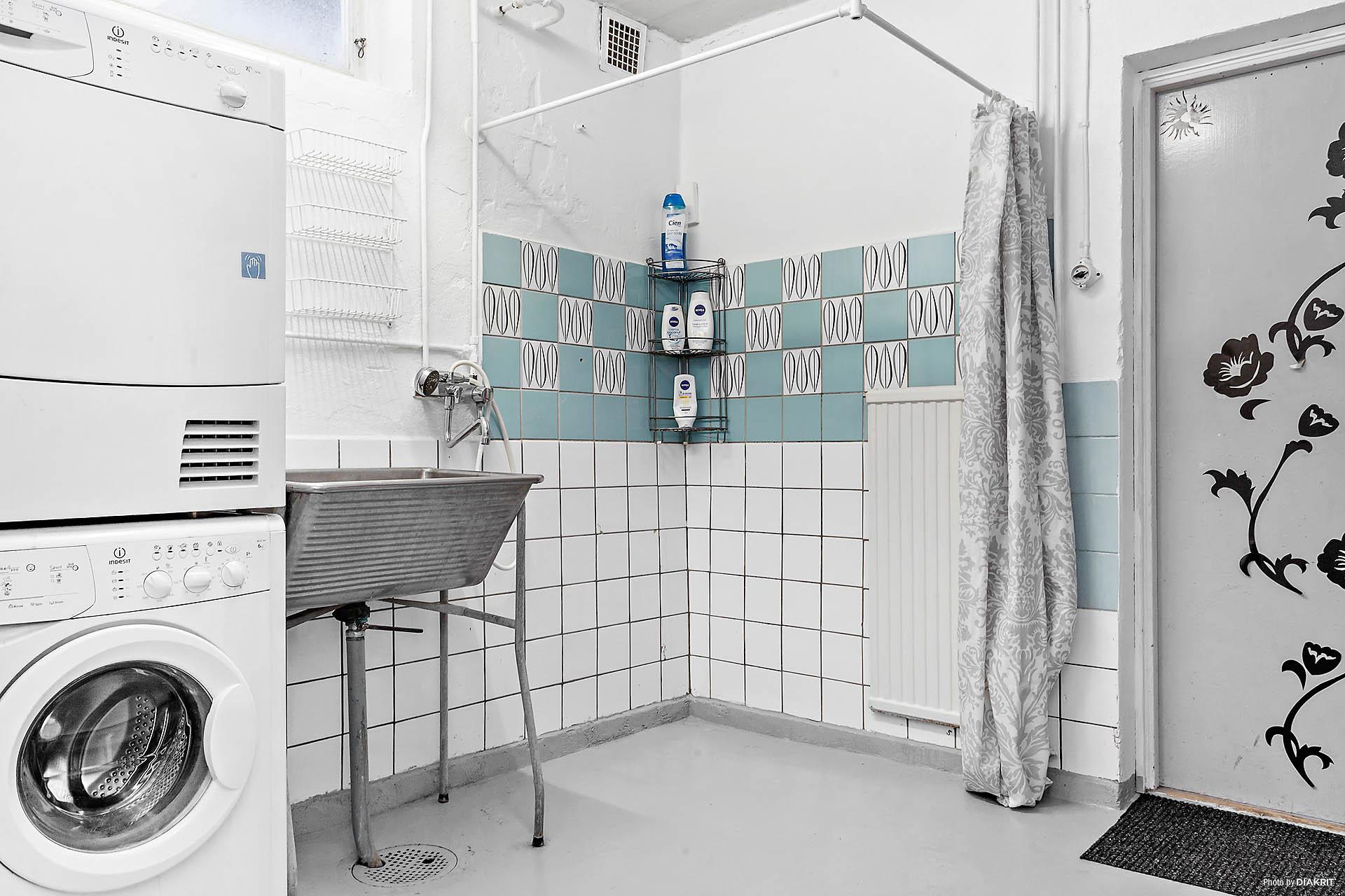 Tvättstuga med duschplats. Här finns även pannrum och utgång till garaget