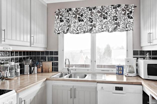 Kök med diskbänk framför fönstret