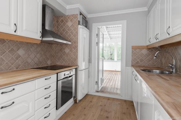 Köket med utgång till uterum och trädgård