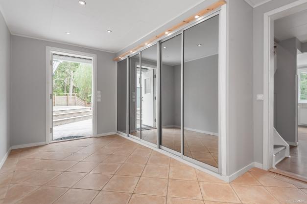 Rymlig möblerbar hall med hel garderobsvägg
