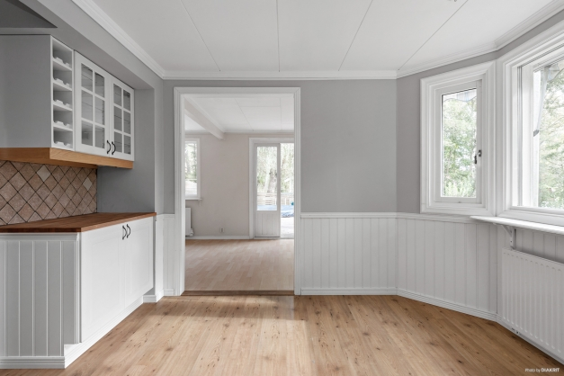 Köket mot vardagsrummet sett