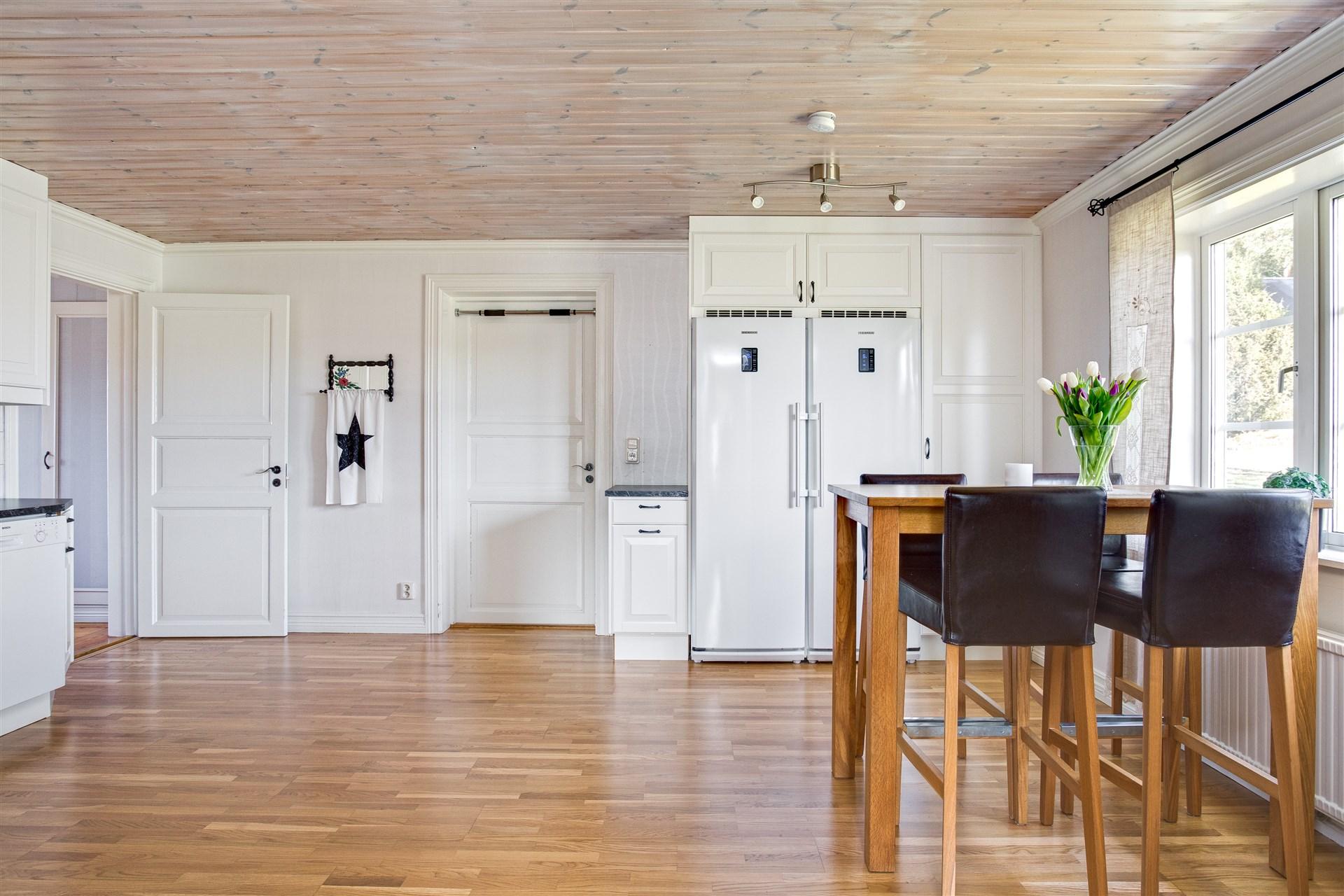Rymlig matplats i köket med ingång till tvättstugan.