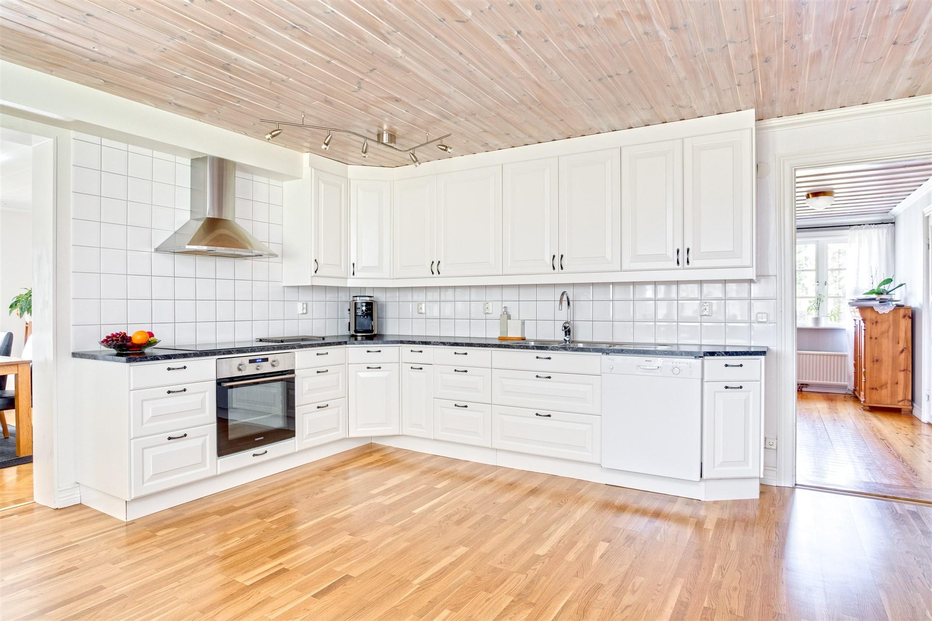 Fräscht kök med mycket bänkyta.