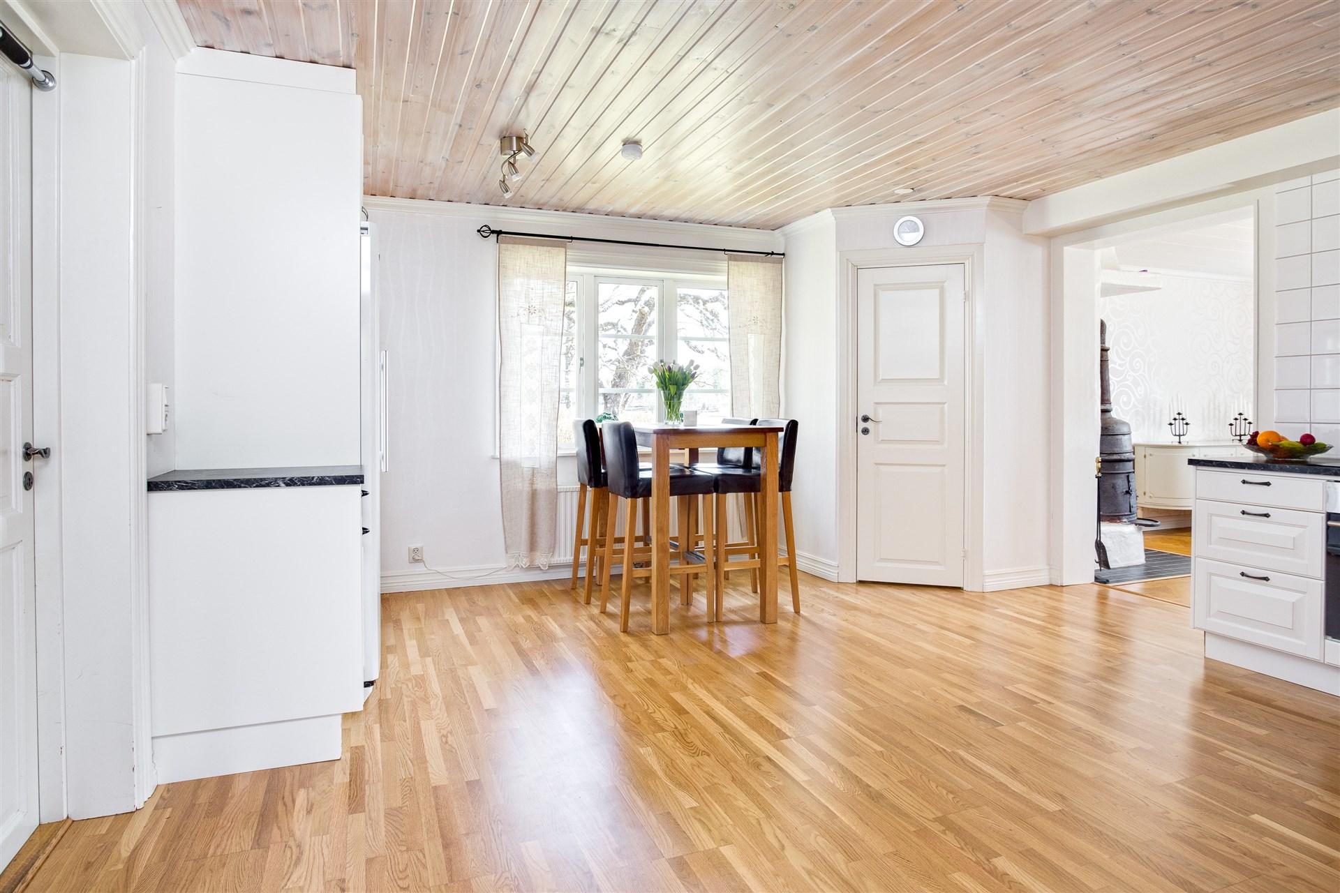 I köket finns ett stort hörnskafferi att gå in i med ventil och el.