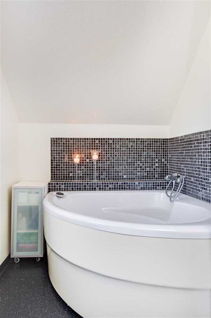 Badrum med hörnbadkar.