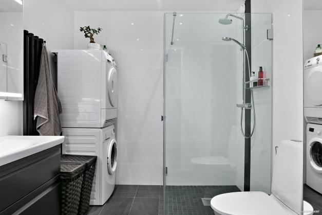 Badrummet rymmer ett stort handfat, wc, handdukstork och dusch. Tvättmöjligheter finns i badrummet med både tvättmaskin och torktumlare.