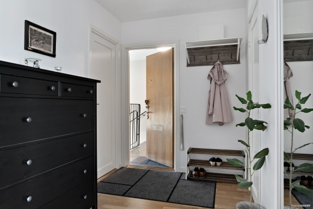 Välkomnande hall med parkettgolv, förråd samt en bred garderob med skjutdörrar. Här finns även plats för en avhängningsyta.