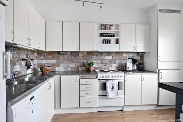 Köket med alla dess luckor och skåp ger massvis med förvaringsutrymme för köksverktyg och porslin.