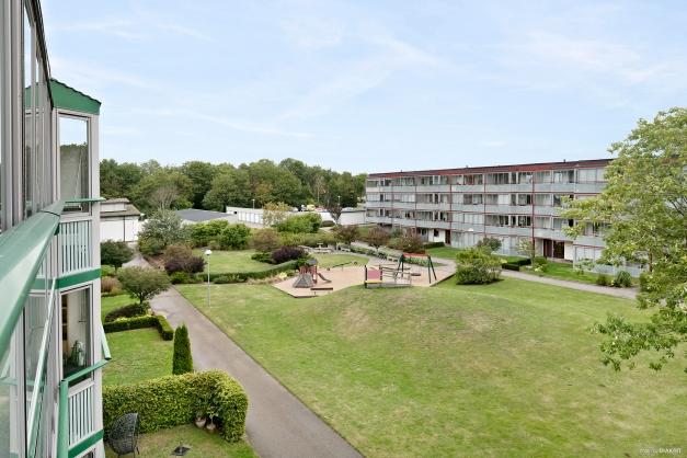 Från balkongen kan man vila ögonen på denna trivsamma grönskande innergård.