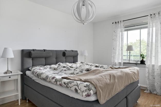 Det stora sovrummet har parkettgolv samt garderobsvägg med skjutdörrar vilket ger fantastiska förvaringsmöjligheter för dig med mycket kläder.