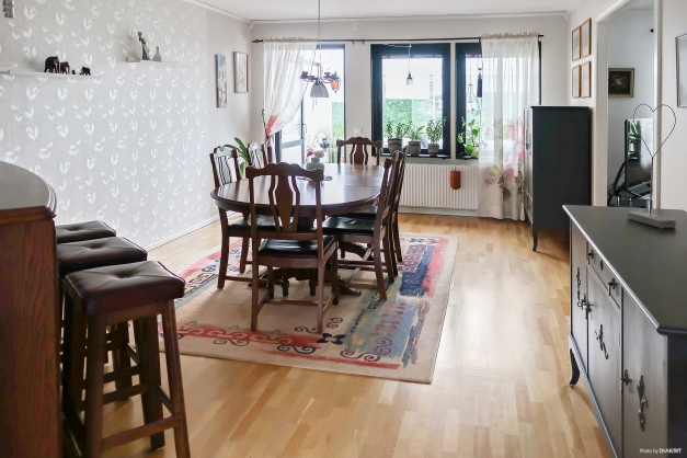 Matrum/vardagsrum med utgång till inglasat uterum