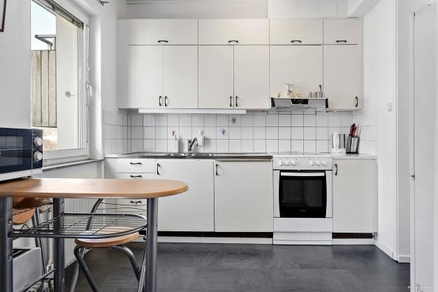 Köket med öppen planlösning mot vardagsrummet