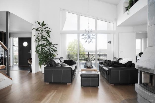 Välkommen till ett gediget hem som andas stil och elegans.