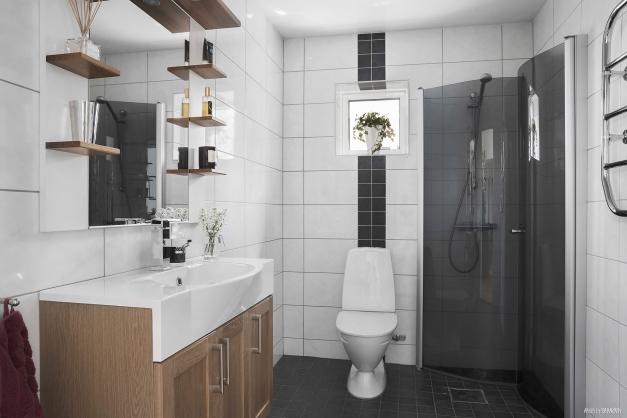Snyggt helkaklat badrum.