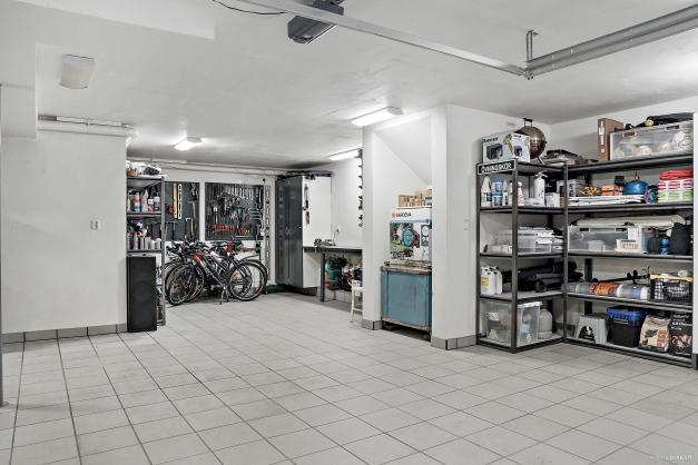 I det väl tilltagna garaget finns gott om plats för verkstad, förråd med mera.