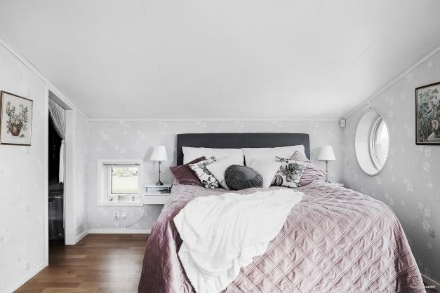 Sovrum med både eget badrum, balkong och klädkammare.