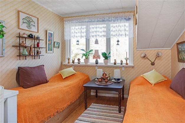 Sovrum 2 med plats för 2 sängar. Fönster ut mot gården.