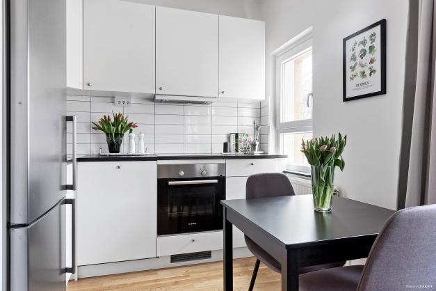 Fullt utrustat kök med plats för mindre matbord