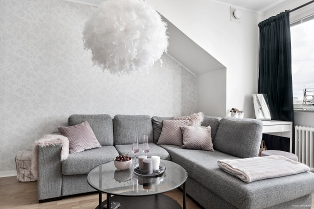 Trivsamt rum med dekorativt snedtak