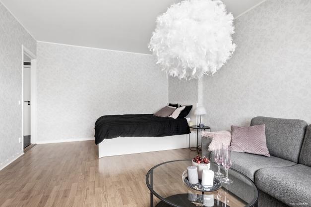 Plats för såväl soffa som säng