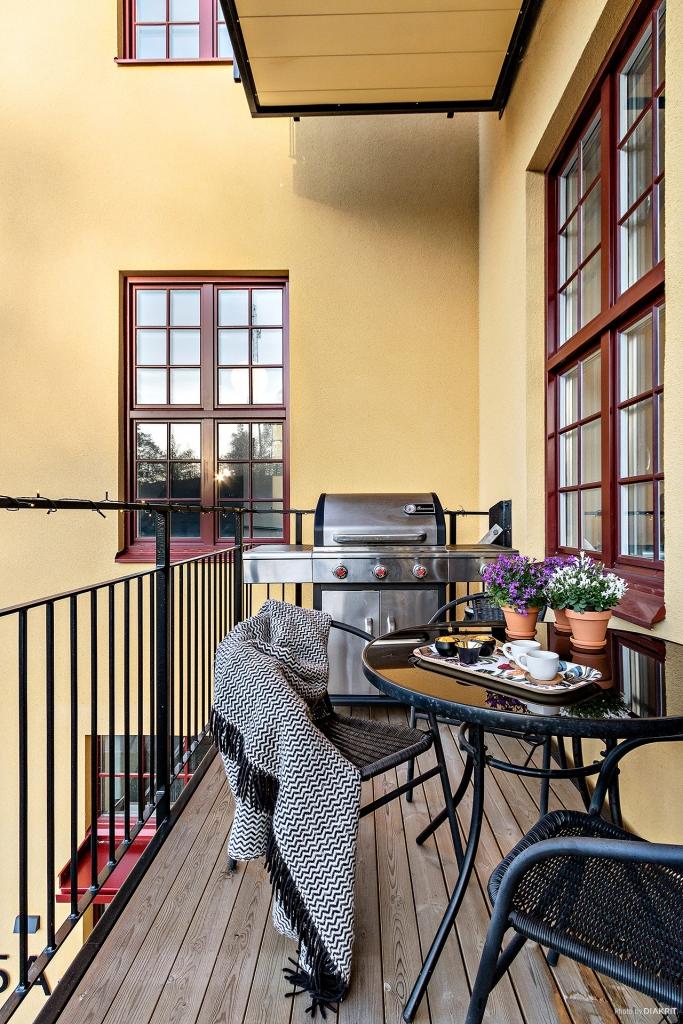 Balkong med gott om plats för både grill och middagsgäster.