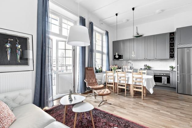 Vardagsrum och kök i öppen planlösning med utgång till en av bostadens två balkonger!