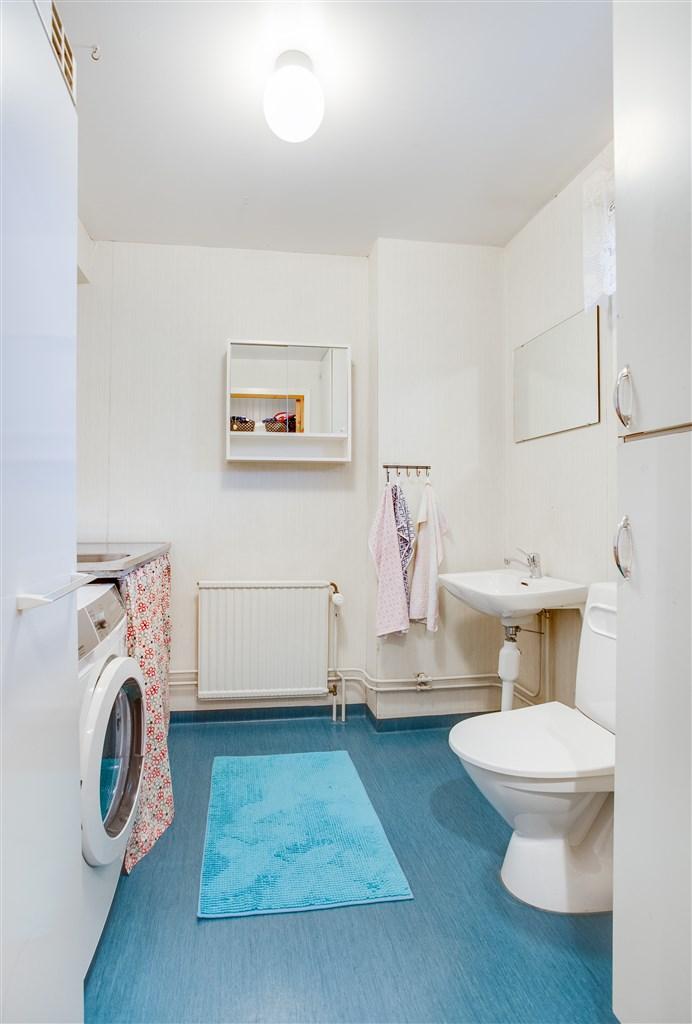 Wc/tvätt på nedervåningen.