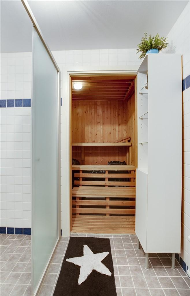 Ljus dusch med torkrum intill (fd bastu, aggregat och dörr saknas).
