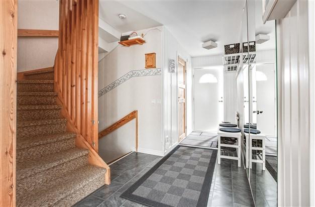 I hallen finns nedgång till källarvåningen och uppgång till övervåningen samt några garderober med spegeldörrar.